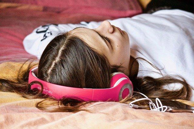 寝転がってバストがぺったんこな女の子