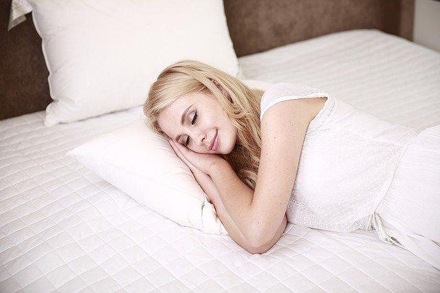 ぐっすり寝ている女性